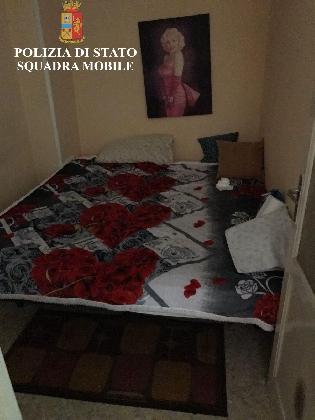 http://www.ragusanews.com//immagini_articoli/24-01-2017/bella-signora-matura-disposta-tutto-sequestrata-casa-luci-rosse-420.jpg