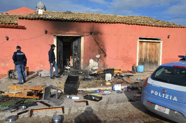 http://www.ragusanews.com//immagini_articoli/24-01-2017/fuoco-casolare-donna-prognosi-riservata-420.jpg