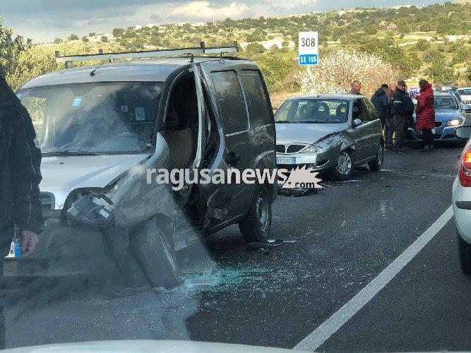 https://www.ragusanews.com//immagini_articoli/24-01-2018/incidente-comisoragusa-impatto-furgone-unauto-500.jpg