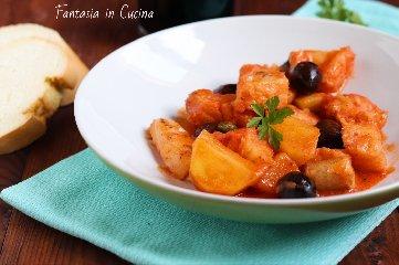 https://www.ragusanews.com//immagini_articoli/24-01-2019/baccala-umido-olive-patate-240.jpg