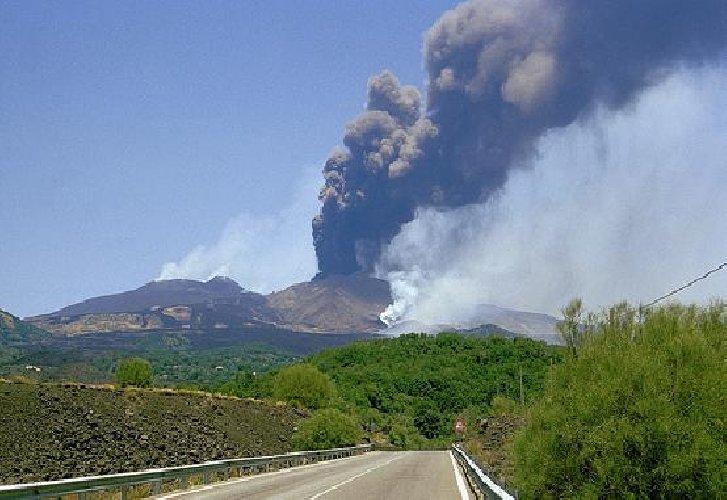https://www.ragusanews.com//immagini_articoli/24-01-2019/etna-esplosioni-cenere-500.jpg