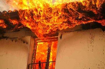 https://www.ragusanews.com//immagini_articoli/24-01-2019/scoglitti-casa-fuoco-anziana-salvata-vigile-urbano-240.jpg