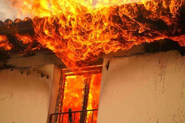 https://www.ragusanews.com//immagini_articoli/24-01-2019/scoglitti-casa-fuoco-anziana-salvata-vigile-urbano-500.jpg