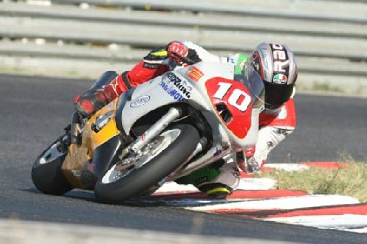 http://www.ragusanews.com//immagini_articoli/24-02-2014/il-motociclista-che-sfreccia-in-via-mentana-500.jpg
