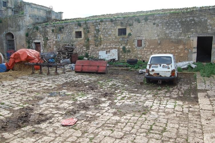 http://www.ragusanews.com//immagini_articoli/24-02-2014/polizia-provinciale-sequestra-azienda-zootecnica-di-contrada-torre-mastro-500.jpg