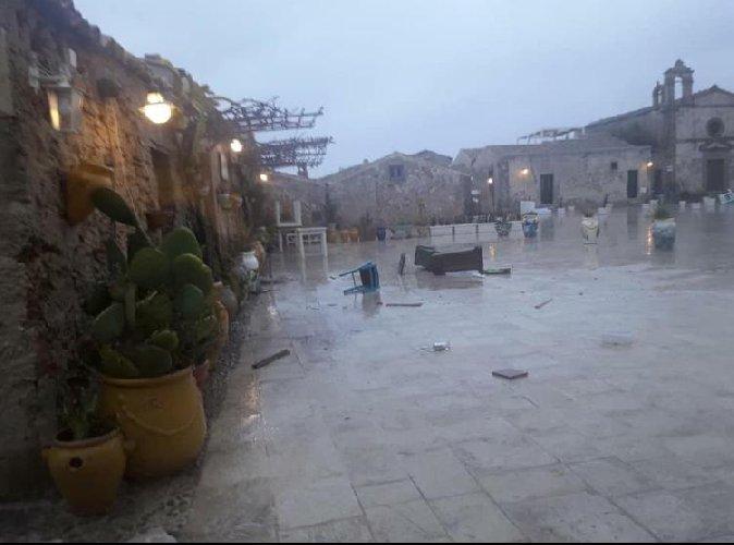 https://www.ragusanews.com//immagini_articoli/24-02-2019/1551013950-marzamemi-venezia-finita-sott-acqua-foto-video-3-500.jpg