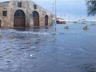 https://www.ragusanews.com//immagini_articoli/24-02-2019/1551025914-marzamemi-venezia-finita-sott-acqua-foto-video-1-240.jpg