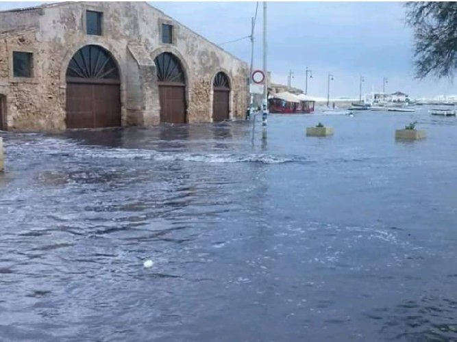 https://www.ragusanews.com//immagini_articoli/24-02-2019/1551025914-marzamemi-venezia-finita-sott-acqua-foto-video-1-500.jpg