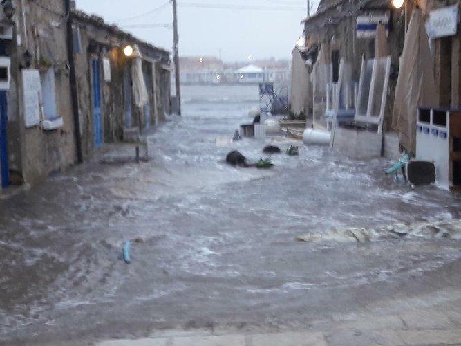 https://www.ragusanews.com//immagini_articoli/24-02-2019/marzamemi-venezia-finita-sott-acqua-foto-video-500.jpg