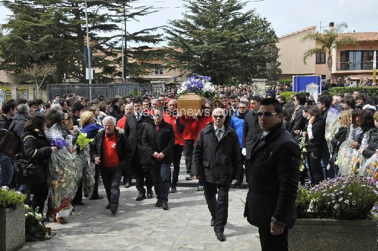 http://www.ragusanews.com//immagini_articoli/24-03-2014/i-funerali-di-federico-nasello-sei-con-noi-500.jpg