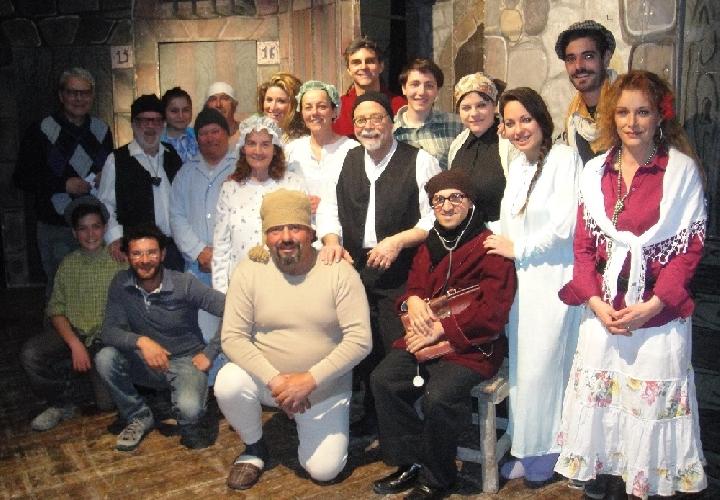 http://www.ragusanews.com//immagini_articoli/24-03-2014/il-cortile-siciliano-in-teatro-a-ragusa-500.jpg