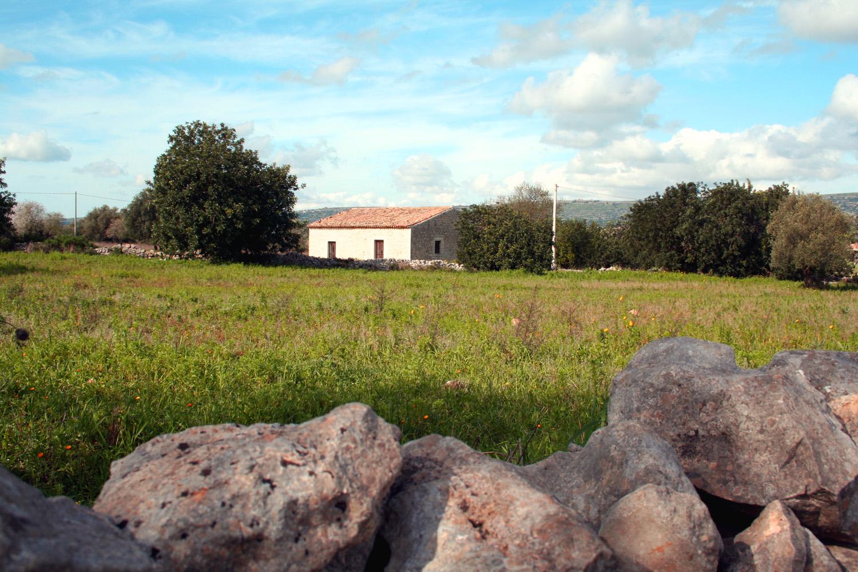 https://www.ragusanews.com//immagini_articoli/24-03-2015/1427217486-2-scicli-vendesi-casa-rurale.jpg