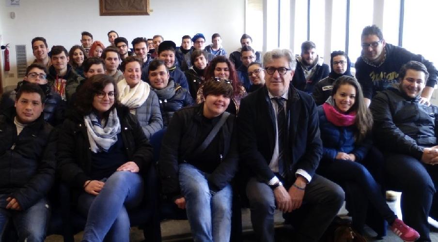http://www.ragusanews.com//immagini_articoli/24-03-2015/gli-studenti-dellalberghiero-di-modica-chiedono-nuovi-locali-500.jpg