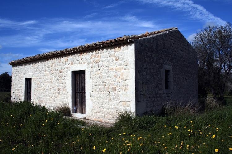 https://www.ragusanews.com//immagini_articoli/24-03-2015/scicli-vendesi-casa-rurale-500.jpg