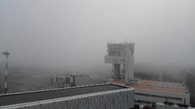 http://www.ragusanews.com//immagini_articoli/24-03-2017/aeroporto-catania-chiuso-nebbia-voli-dirottati-comiso-220.jpg
