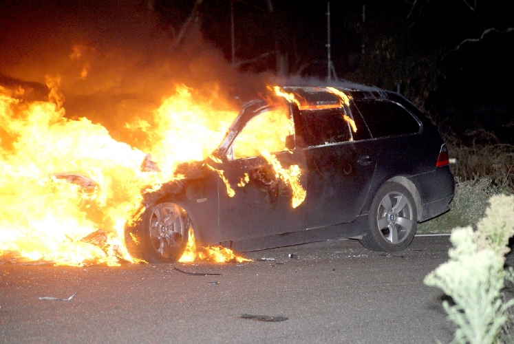 http://www.ragusanews.com//immagini_articoli/24-03-2017/fuoco-auto-operaio-frigintini-500.jpg