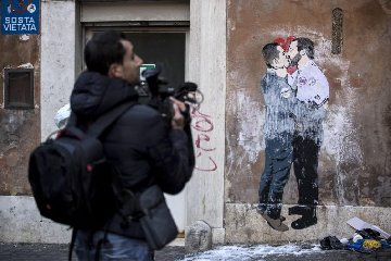 https://www.ragusanews.com//immagini_articoli/24-03-2018/bacio-murales-artista-palermitano-tvboy-240.jpg