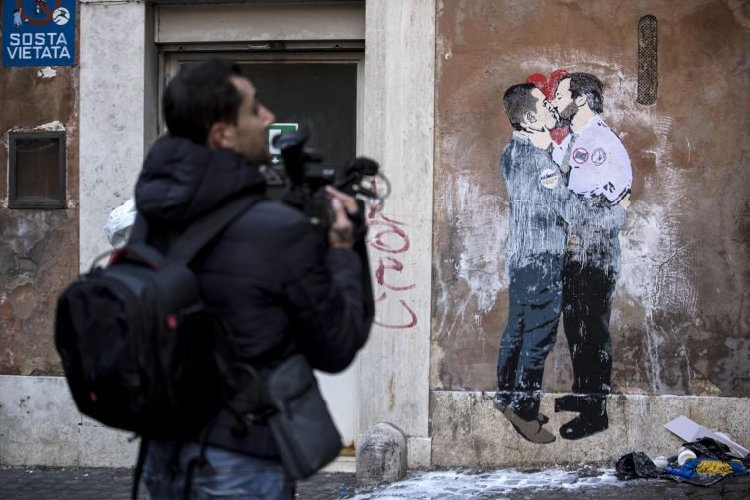 https://www.ragusanews.com//immagini_articoli/24-03-2018/bacio-murales-artista-palermitano-tvboy-500.jpg