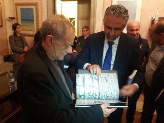 https://www.ragusanews.com//immagini_articoli/24-03-2018/modica-prof-roberto-vecchioni-sale-cattedra-video-240.jpg
