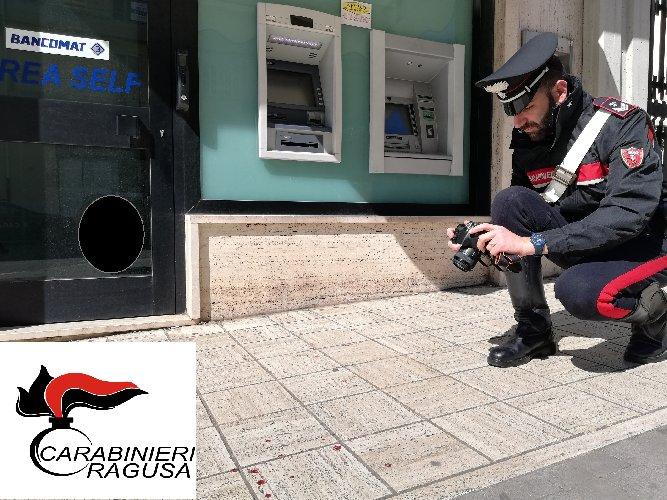 https://www.ragusanews.com//immagini_articoli/24-03-2019/ragusa-rapinato-titolare-supermercato-mentre-deposita-lincasso-500.jpg