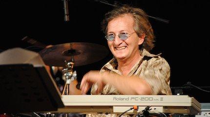 https://www.ragusanews.com//immagini_articoli/24-03-2020/e-morto-il-pianista-di-pino-daniele-240.jpg
