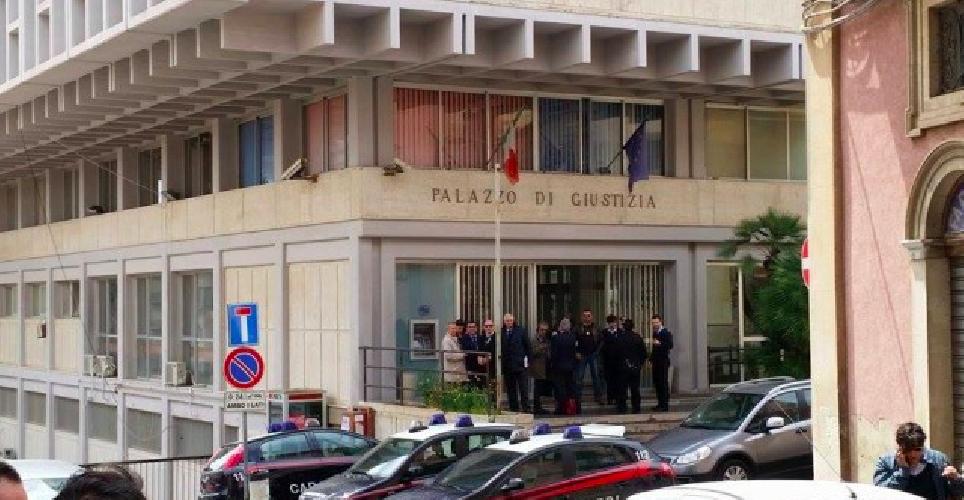 http://www.ragusanews.com//immagini_articoli/24-04-2015/falso-allarme-bomba-al-tribunale-di-ragusa-500.png