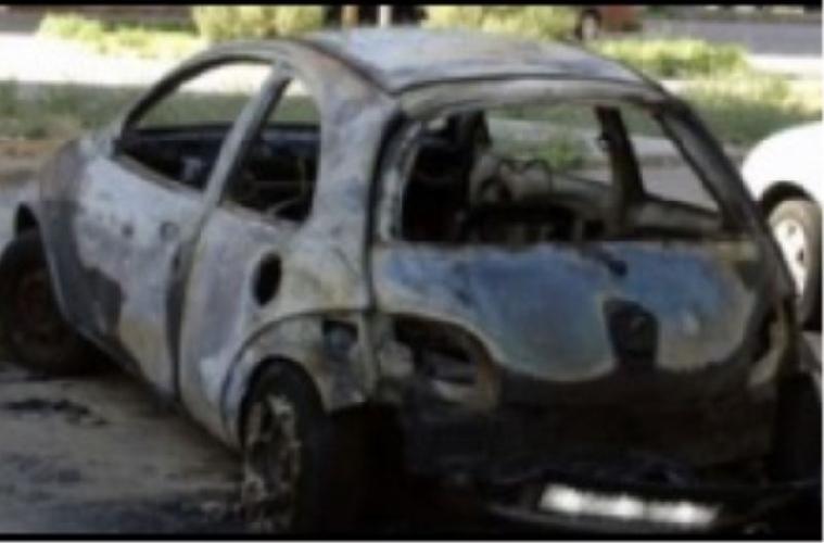 http://www.ragusanews.com//immagini_articoli/24-04-2017/incendiata-auto-barista-500.jpg