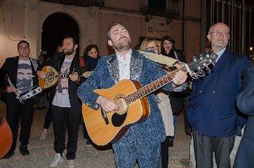 https://www.ragusanews.com//immagini_articoli/24-04-2018/ragusa-ibla-concerto-itinerante-mario-incudine-240.jpg