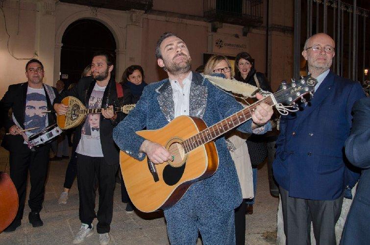 https://www.ragusanews.com//immagini_articoli/24-04-2018/ragusa-ibla-concerto-itinerante-mario-incudine-500.jpg