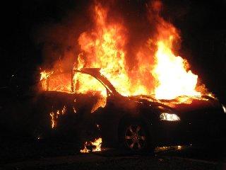 https://www.ragusanews.com//immagini_articoli/24-04-2018/rosolini-tenta-spegnere-auto-fiamme-resta-ustionato-240.jpg
