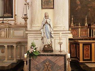 https://www.ragusanews.com//immagini_articoli/24-04-2019/la-statua-originale-madonna-di-lourdes-a-modica-240.jpg