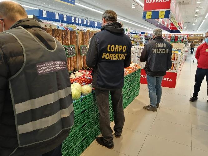 https://www.ragusanews.com//immagini_articoli/24-04-2020/coronavirus-controlli-alimentari-multe-al-mercato-di-comiso-500.jpg