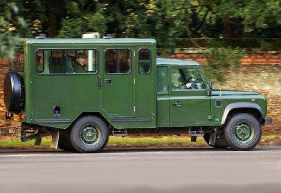 https://www.ragusanews.com//immagini_articoli/24-04-2021/era-un-un-veicolo-da-caccia-il-land-rover-defender-funebre-di-filippo-280.jpg