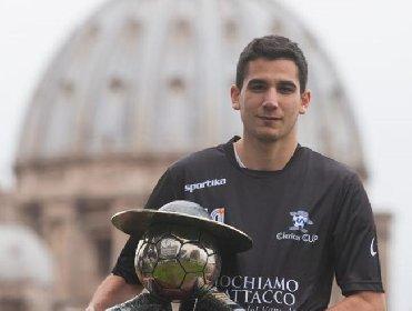 https://www.ragusanews.com//immagini_articoli/24-04-2021/samuel-il-calciatore-ordinato-parroco-da-papa-francesco-280.jpg