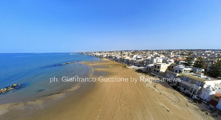 https://www.ragusanews.com//immagini_articoli/24-05-2014/lacquitrino-della-spiaggia-di-donnalucata-500.jpg