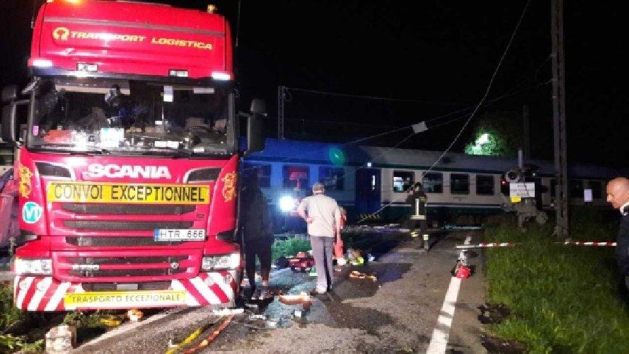 https://www.ragusanews.com//immagini_articoli/24-05-2018/treno-investe-camion-morti-23feriti-torinese-500.jpg