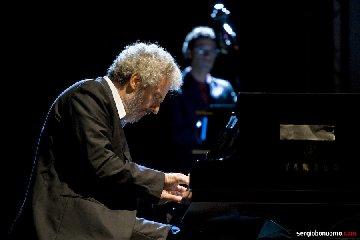 https://www.ragusanews.com//immagini_articoli/24-05-2019/nicola-piovani-in-concerto-a-ragusa-240.jpg