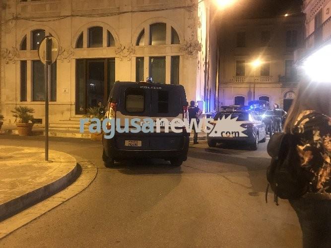 https://www.ragusanews.com//immagini_articoli/24-05-2020/piazza-matteotti-a-modica-aggrediti-poliziotti-un-ricercato-500.jpg