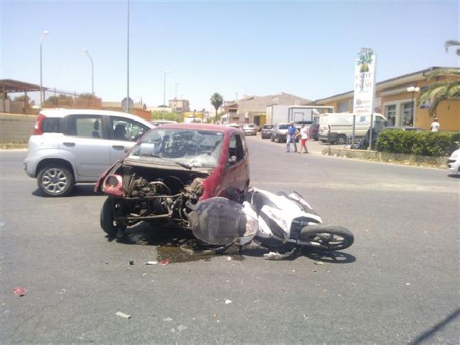 http://www.ragusanews.com//immagini_articoli/24-06-2014/auto-contro-scooter-grave-incidente-500.jpg