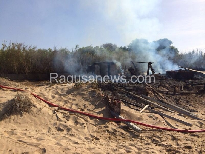 http://www.ragusanews.com//immagini_articoli/24-06-2014/incendiato-il-titanic-di-playa-grande-500.jpg