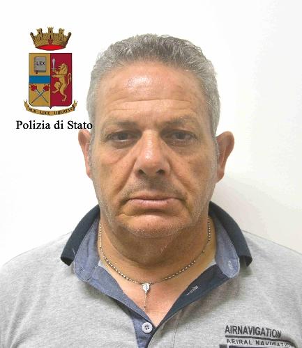 https://www.ragusanews.com//immagini_articoli/24-06-2017/droga-ruote-scorta-macchina-arrestato-catanese-pozzallo-500.jpg