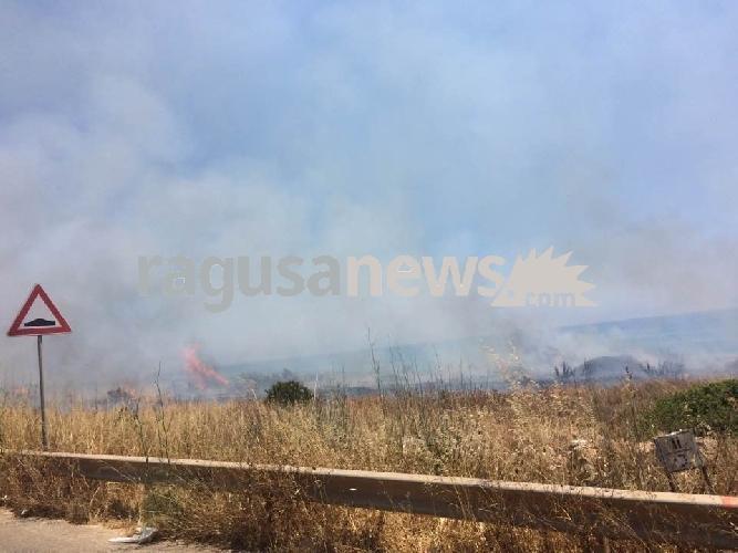 http://www.ragusanews.com//immagini_articoli/24-06-2017/incendio-costa-carro-500.jpg