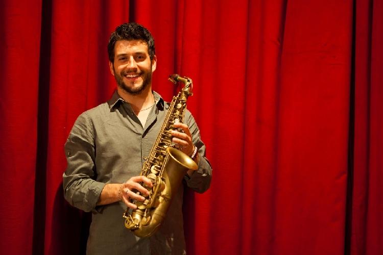 https://www.ragusanews.com//immagini_articoli/24-06-2017/vittoria-jazz-fest-domenica-concerto-francesco-cafiso-500.jpg