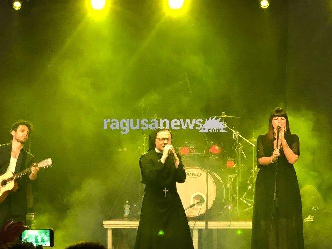 https://www.ragusanews.com//immagini_articoli/24-06-2018/suor-cristina-conquista-chiaramonte-concerto-unico-video-500.jpg