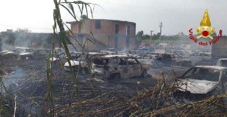 https://www.ragusanews.com//immagini_articoli/24-06-2019/auto-parcheggio-spiaggia-41-distrutte-fuoco-240.jpg