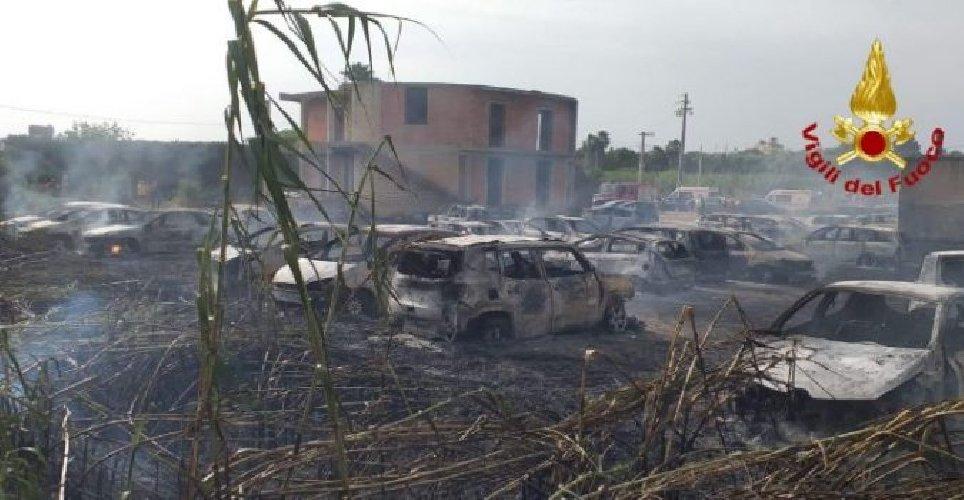 https://www.ragusanews.com//immagini_articoli/24-06-2019/auto-parcheggio-spiaggia-41-distrutte-fuoco-500.jpg