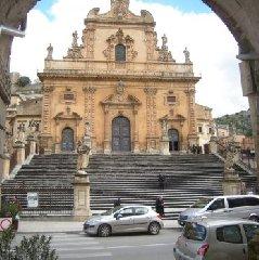 https://www.ragusanews.com//immagini_articoli/24-06-2019/una-guida-dedicata-chiesa-di-san-pietro-a-modica-240.jpg