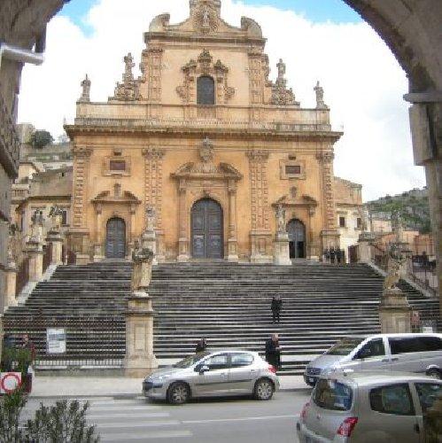 https://www.ragusanews.com//immagini_articoli/24-06-2019/una-guida-dedicata-chiesa-di-san-pietro-a-modica-500.jpg