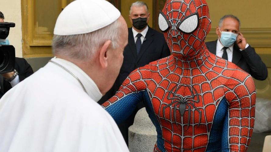 https://www.ragusanews.com//immagini_articoli/24-06-2021/papa-francesco-ha-incontrato-l-uomo-ragno-500.jpg