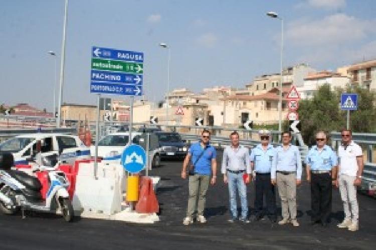 https://www.ragusanews.com//immagini_articoli/24-07-2015/inaugurato-cavalcaferrovia-fine-incubo-per-auto-a-rosolini-500.jpg